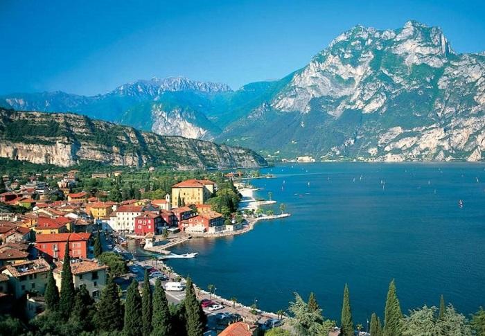 С одной стороны Дезенцано-дель-Гарда граничит с итальянскими Альпами, а с другой стороны город расположен на берегу озера Гарда, славящегося своим мягким средиземноморским климатом.