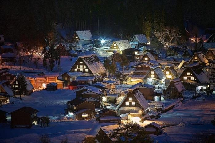 Сиракава-го и Гокаяма - исторические села, расположенные в труднодоступном горном районе острова Хонсю, который в зимнее время бывает подолгу отрезан от остальной части Японии.