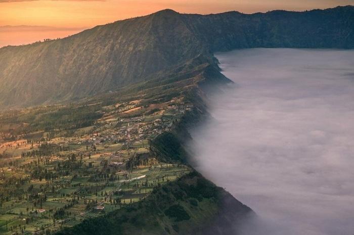 Эта горная деревушка становится приютом на одну ночь для путешественников и туристов, которые хотят увидеть знаменитые Индонезийские вулканы.