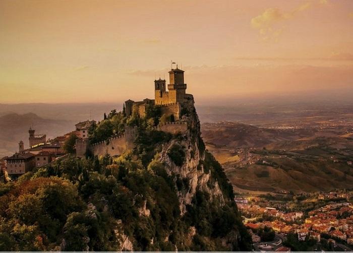 Сан-Марино — карликовое государство на Аппенинском полуострове (Центральная Европа), со всех сторон окруженное территорией Италии и не имеющее выхода к морю.