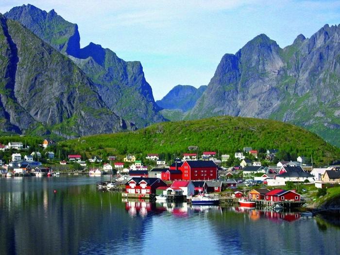 Маленькая живописная рыбацкая деревушка Рейне расположена на Лофотенских островах в Норвегии.