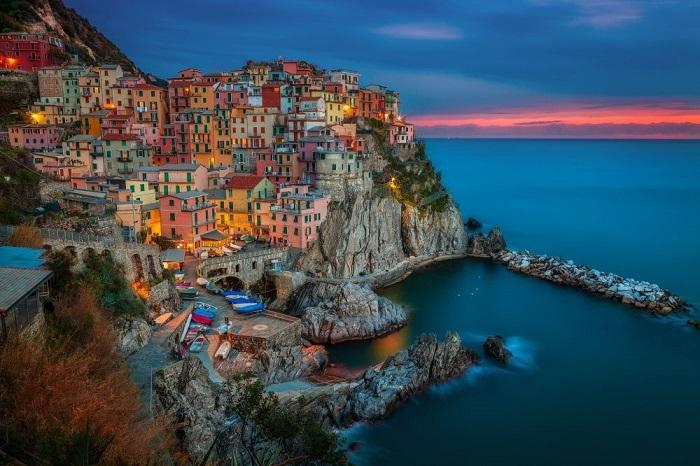 Манарола — это небольшой рыбацкий городок, расположенный на скале, нависающей над дикой береговой линией Лигурийского моря, в провинции Ла-Специя на севере Италии.