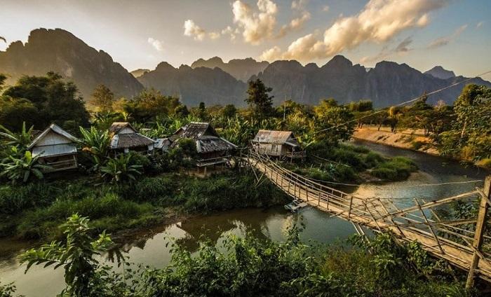 Вангвианг - расположен к северу от Вьентьяна и прилегает к самой высокой горе в Юго-Восточной Азии. Сам город имеет прекрасный рынок, реки и пещеры.