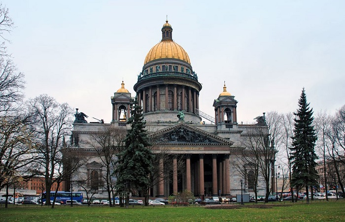 Современный вид на Исаакиевский собор с Сенатской площади.