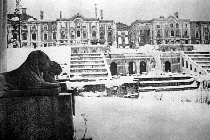 Основное здание дворцово-паркового ансамбля «Петергоф».
