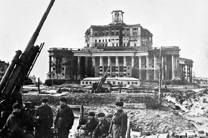 Зенитная батарея в Театре Советской Армии.
