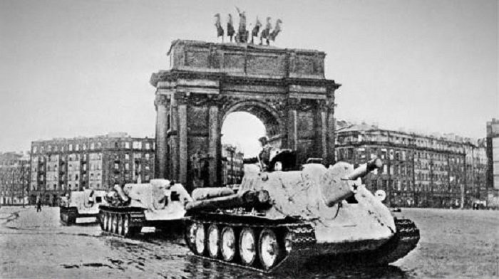 Восстановленные танки направляются на фронт в Ленинграде.