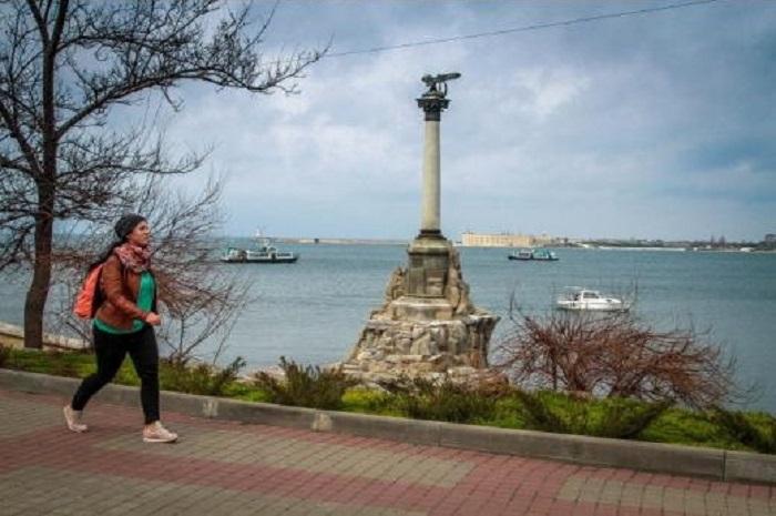 Вид на памятник затопленным кораблям на Приморском бульваре. Современный вид Севастополя.