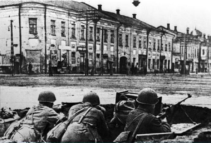 Военные с противотанковыми ружьями на улице Коммунаров