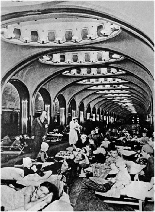 В подземном вестибюле станции метро «Маяковская» во время воздушной тревоги.