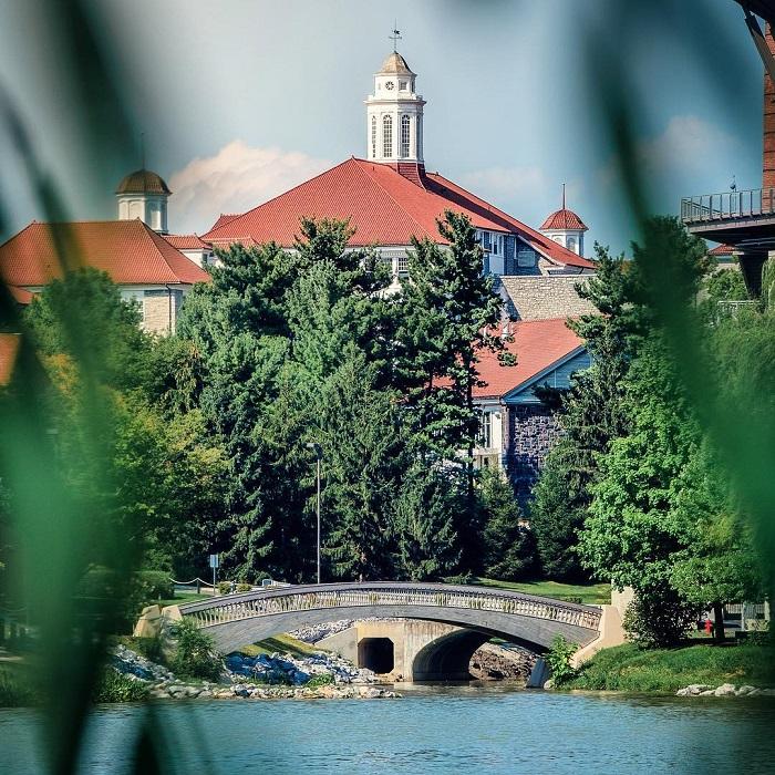 Заведение является государственным исследовательским университетом, который расположен в Харрисонберге, штат Вирджиния.