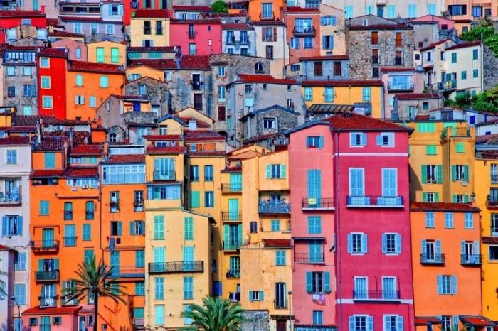 Известный курорт и порт на юге Франции привлекает туристов своими красочными домами.