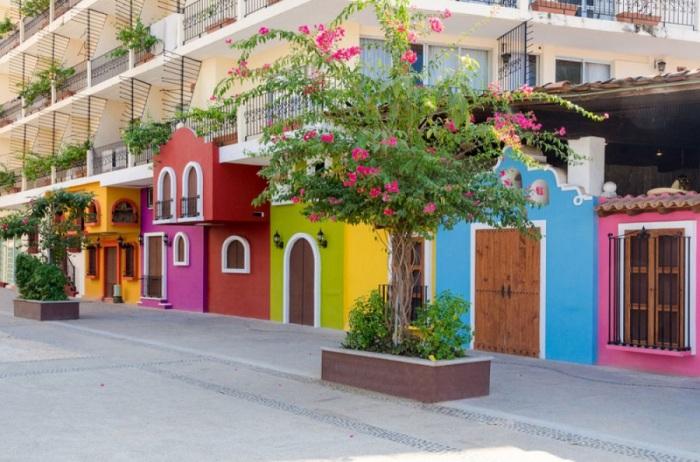Улицы крупного курортного города Пуэрто-Вальярта пестрят яркими домиками, привлекая заезжих клиентов.