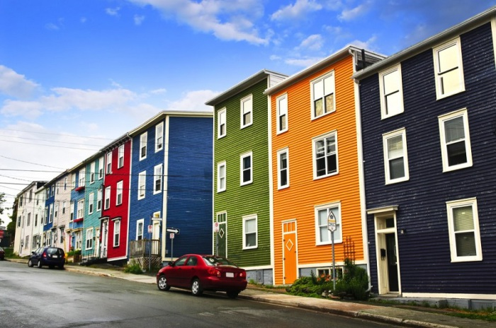 Самый большой город на канадском острове Ньюфаундленде, где климат очень схож со скандинавским. Здесь принято разукрашивать здания, чтобы хоть как-то раскрасить серые будни.