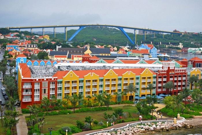 Крупнейший город в Кюрасао, где практически все дома раскрашены в яркие цвета.