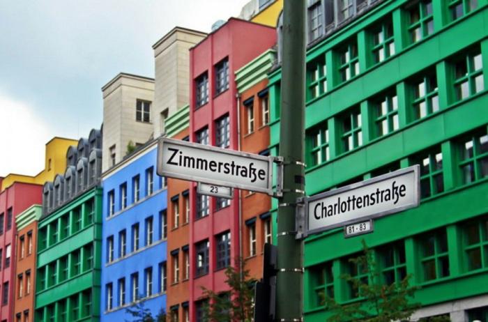 Жители одного из районов Берлина раскрасили улицы в яркие цвета.