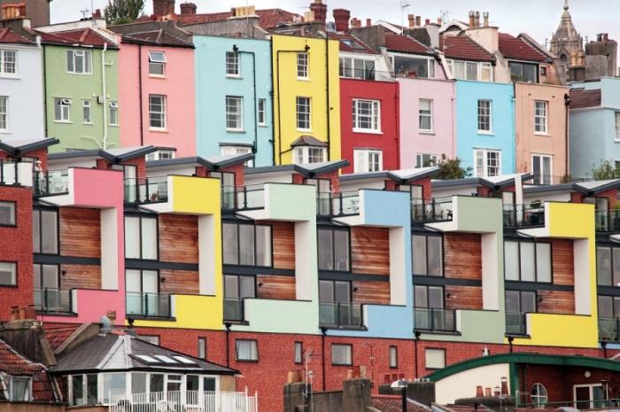 В портовом городке полно старых и мрачных построек, которые местные жители раскрашивают в яркие цвета.