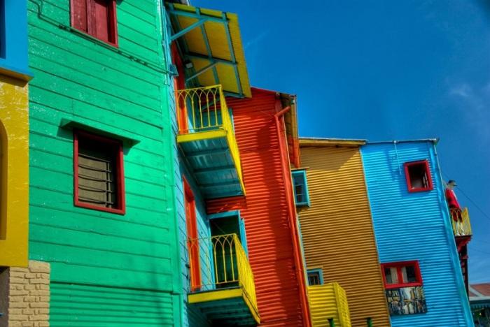 Жители Каминито раскрашивают свои дома во все цвета радуги.