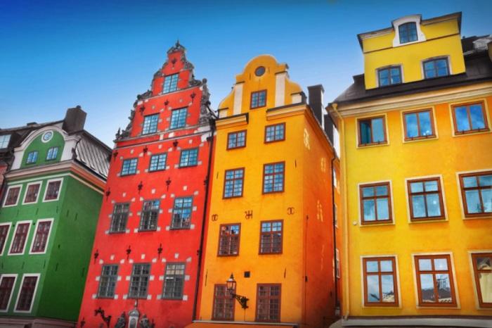 Яркие цвета домов в Стокгольме поднимают настроение даже в самые серые дни.