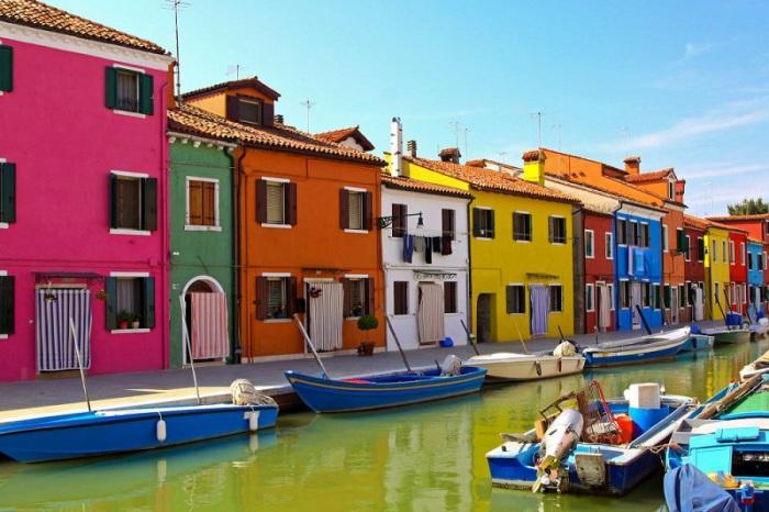 Один из самых удалённых от центра районов, известен на весь мир своим разноцветными домами.