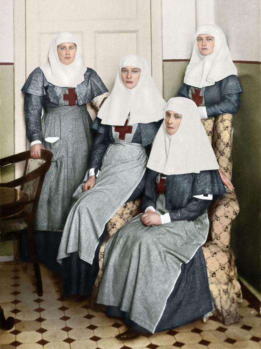 Старшие царские дочери в годы войны работали в госпитале вместе со своей матерью-царицей сёстрами милосердия.