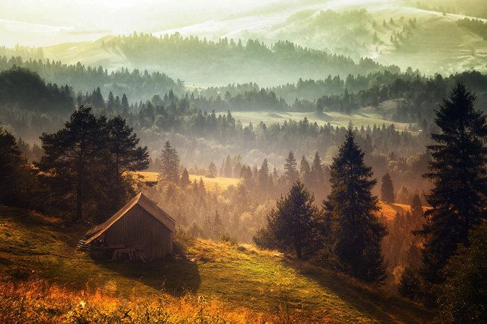 Одинокий дом на вершине холма.