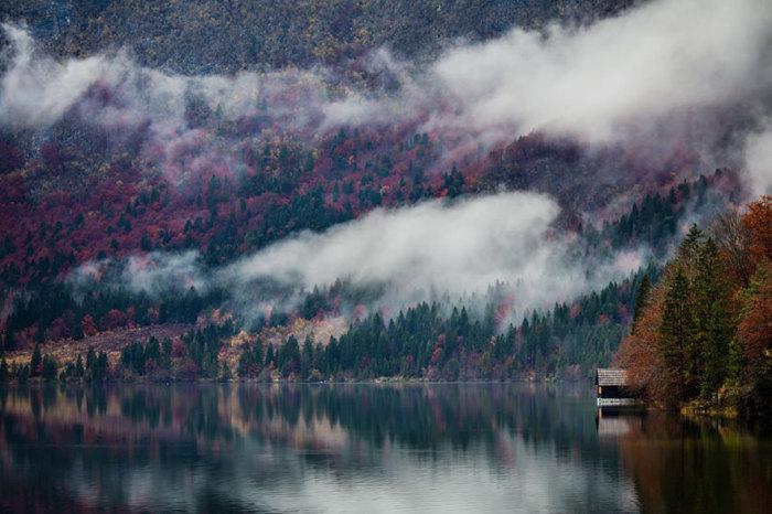 Невероятной красоты фотография с одиноким домиком и туманными горами.