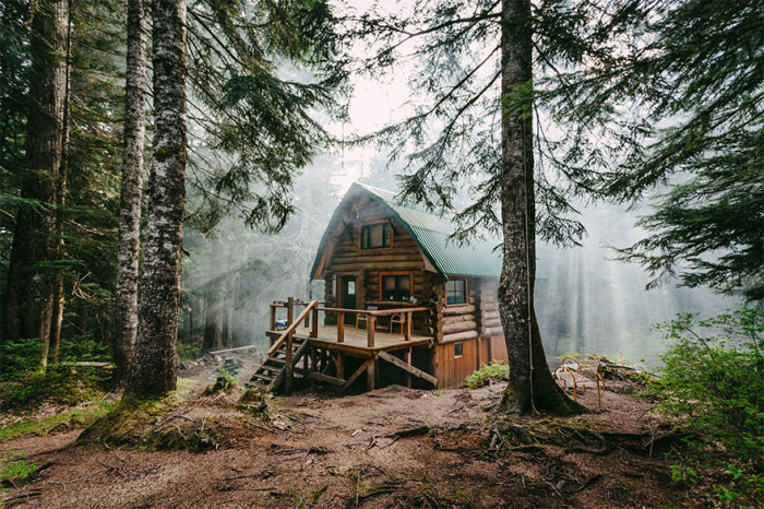 Стоит избушка на полянке леса.