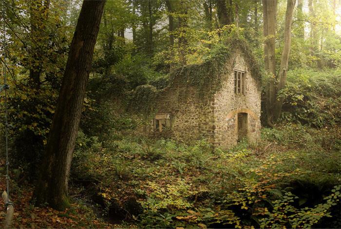 Средневековый дом стоит в полном одиночестве и унынии.