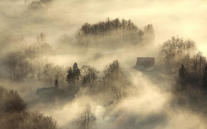 Создается иллюзия какого то заклинания, наложенного на эту равнину и дома.
