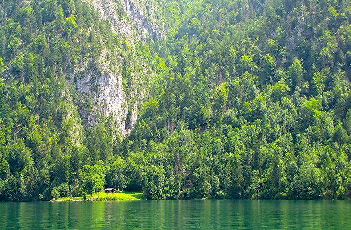 Только ты, твой домик, лес,  огромное озеро и никто тебя не найдет.