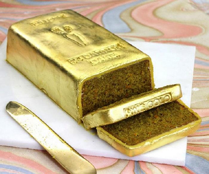Морковный торт в виде золотого слитка.