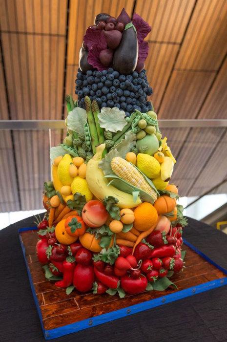 Это не овощи и фрукты, а аппетитный, сладкий торт.
