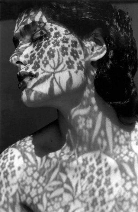 Искусный боди-арт на теле и лице с помощью призрачных теней.