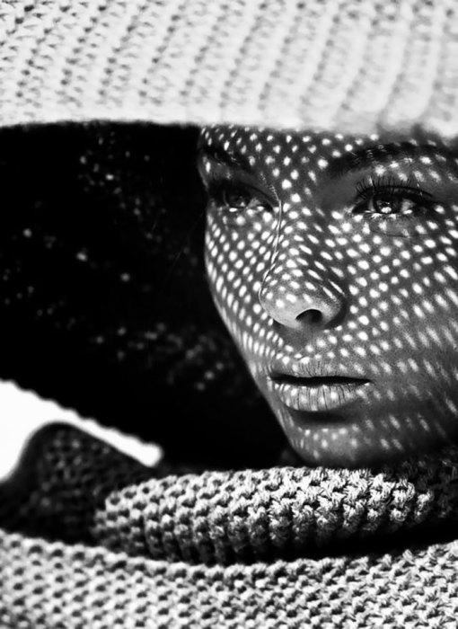 Тень от шарфа создает впечатление веснушек, которые рассыпались по всему лицу.