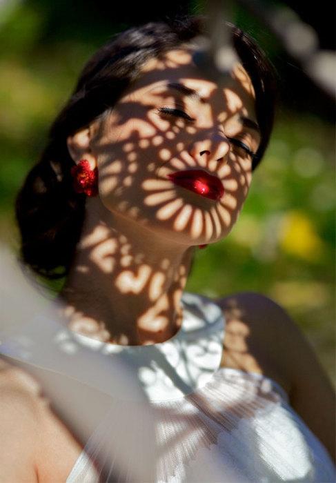 Интенсивный яркий цвет губ и тень в образе цветка вокруг них.