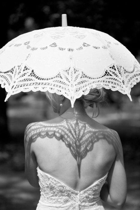Сексуальная и женственная блондинка под зонтиком.