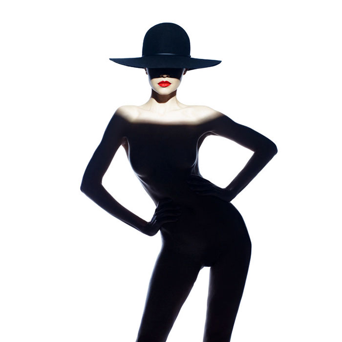 Оголенные плечи и черная тень похожи на костюм от мирового дизайнера.