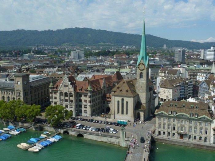 Одно из самых популярных достопримечательностей Цюриха, а особого внимания заслуживают красивые витражи алтаря, созданные Марком Шагалом.