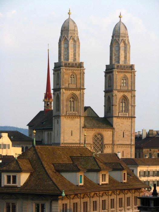 Самый большой и старейший собор Цюриха стоящий на святом месте.