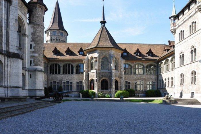 Похожее на замок здание содержит превосходный музей, в котором более 820,000 экспонатов охватывают широкий период от предыстории до 20-го века.