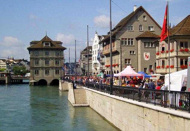 Популярная прибрежная торговая улица и ратуша Цюриха.