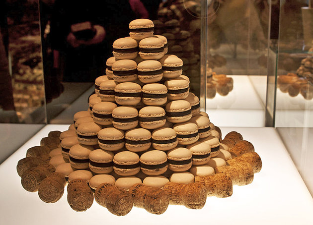 Кафе–кондитерская — это легендарное и очень популярное место, расположенное в самом центре Цюриха, которое славится сладостями высочайшего качества.