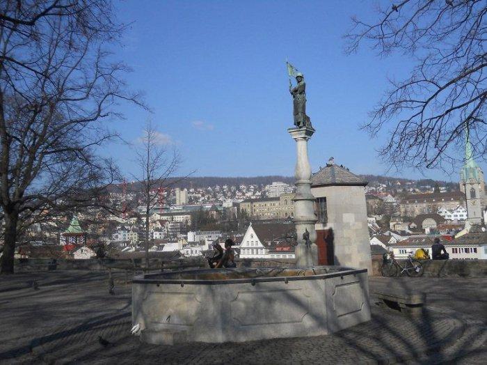 Исторический центр Цюриха, переводится как «липовый двор», это уютный сквер и смотровая площадка, с высоты которой открывается великолепная панорама, охватывающая достопримечательности города.
