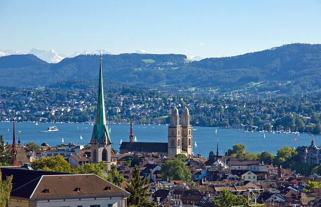 Площадь Бюрклиплац расположена прямо у Цюрихского озера, и является окончанием известного городского торгового бульвара Банхофштрассе.