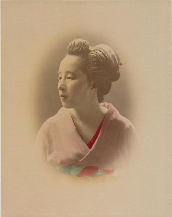 Портрет девушки в национальном костюме.