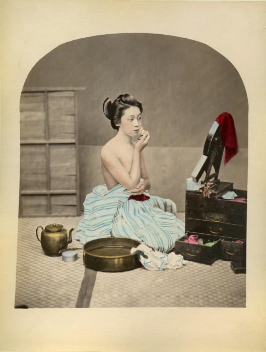 Настоящие гейши тратят немалое количество времени на создание своего образа, порой они проводят перед зеркалом по 5 часов.