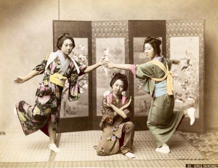Танец - это минимум мимики и большой смысл, заключенный в костюме и движениях.