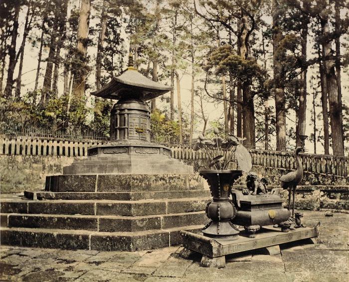 Помимо монумента, захоронение включает в себя место для цветов.