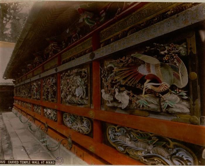 Стены храмов украшены замысловатыми узорами, окрашенной резьбой и рисунками.